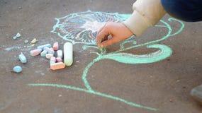Desenho da menina com giz colorido no pavimento Imagens de Stock Royalty Free