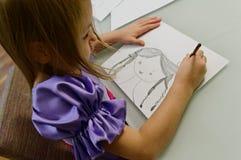 Desenho da menina com lápis   Foto de Stock Royalty Free