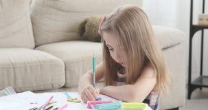 Desenho da menina com lápis colorido video estoque