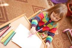 Desenho da menina com lápis em casa Imagem de Stock
