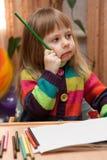 Desenho da menina com lápis em casa Foto de Stock