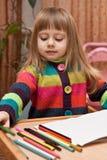 Desenho da menina com lápis em casa Fotografia de Stock