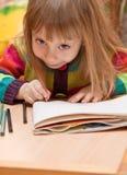 Desenho da menina com lápis em casa Imagens de Stock Royalty Free