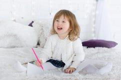 Desenho da menina na cama fotografia de stock