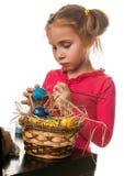 Desenho da menina nos ovos da páscoa em um fundo branco Fotografia de Stock Royalty Free