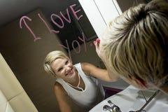 Desenho da mulher no espelho Fotos de Stock Royalty Free