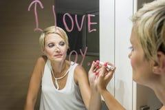 Desenho da mulher no espelho Imagem de Stock Royalty Free