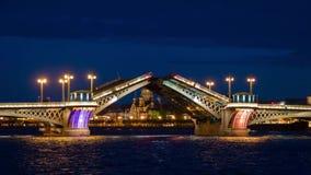 Desenho da ponte do palácio em St Petersburg, Rússia com a fortaleza de Peter e de Paul no fundo na noite filme