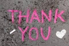 Desenho de giz: As palavras cor-de-rosa AGRADECEM A LHE e ao coração pequeno fotos de stock royalty free