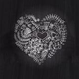 Desenho de giz da forma do coração no quadro-negro do quadro. Coração floral. fotografia de stock