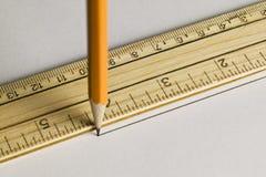 Desenho de lápis uma linha reta com uma régua Imagem de Stock