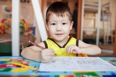 Desenho de três anos do menino e letras wtiting imagens de stock royalty free