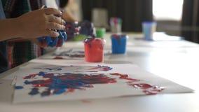 Desenho diverso criativo do dedo das crianças na lição filme
