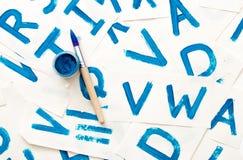 Desenho do alfabeto Processo de criar a fonte da aquarela Fotos de Stock Royalty Free