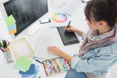 Desenho do artista algo na tabuleta gráfica no escritório Imagens de Stock