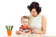 Menino da criança e lápis da mãe Imagem de Stock