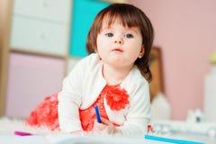 Desenho do bebê do bebê de um ano com lápis em casa Fotografia de Stock Royalty Free