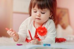 Desenho do bebê do bebê de um ano com lápis em casa Fotografia de Stock