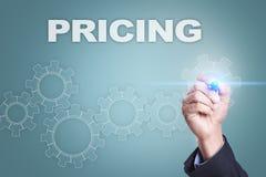 Desenho do homem de negócios na tela virtual conceito da fixação do preço imagens de stock royalty free