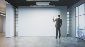 Desenho do homem na parede vazia Imagem de Stock