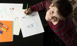 Desenho do menino com marcadores imagem de stock royalty free