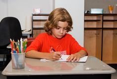 Desenho do miúdo na sala de aula Imagem de Stock