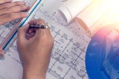 Desenho do projeto dos planos arquitetónicos com rolos dos modelos imagens de stock royalty free