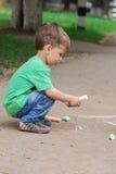 Desenho do rapaz pequeno com giz fotografia de stock royalty free