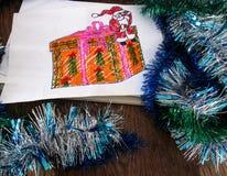 Desenho do ` s da criança de Santa Claus com um presente Imagem de Stock