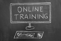 Desenho do texto e do computador do treinamento em linha no quadro fotografia de stock