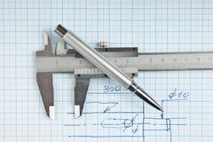 Desenho e compassos de calibre técnicos com pena Fotografia de Stock Royalty Free