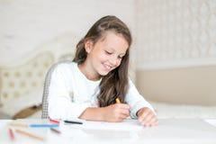 Desenho e pintura sonhadores da menina da criança com lápis da cor fotos de stock