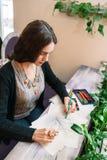 Desenho fêmea novo do artista no estúdio foto de stock royalty free