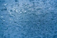 Desenho gelado gelado do inverno azul na placa de janela fotos de stock