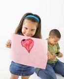 Desenho latino-americano de sorriso da terra arrendada da menina. Imagens de Stock Royalty Free