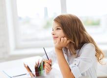 Desenho pequeno da menina do estudante e sonho na escola Fotografia de Stock