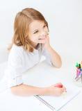 Desenho pequeno da menina do estudante na escola Imagem de Stock