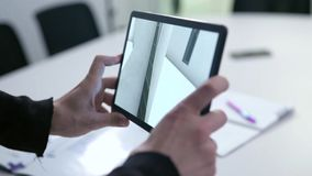 Desenho virtual da casa na tabuleta estoque Tabuleta da terra arrendada do homem de negócios com projeto da realidade virtual em  foto de stock
