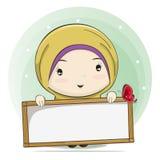 Desenhos animados bonitos de uma menina muçulmana que guarda uma placa para o espaço do texto ilustração stock