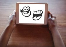 Desenhos animados da boca na tabuleta nas mãos foto de stock