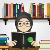 Desenhos animados da menina muçulmana que leem um livro ilustração do vetor
