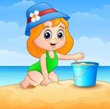 Desenhos animados da menina que jogam uma areia na praia ilustração royalty free