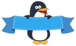 Desenhos animados de sorriso do pinguim com a bandeira vazia para o texto Fotos de Stock Royalty Free