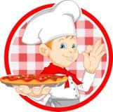 Desenhos animados do cozinheiro chefe do menino que guardam a pizza Fotografia de Stock Royalty Free