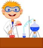 Desenhos animados do menino que fazem a experiência química Foto de Stock Royalty Free