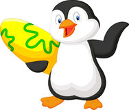 Desenhos animados do pinguim que guardam a placa surfando Imagens de Stock