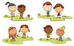 Desenhos animados felizes da criança que jogam no gramado verde ilustração do vetor