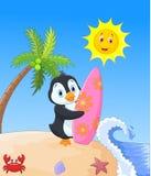 Desenhos animados felizes do pinguim que guardam a prancha Imagem de Stock