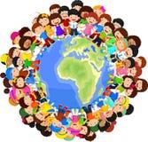 Desenhos animados multiculturais das crianças na terra do planeta ilustração royalty free