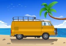 Desenhos animados velhos do carro na praia Fotografia de Stock